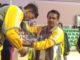 Prof. Ardipal mengalungkan medali pada atlet POMNas Sumbar.