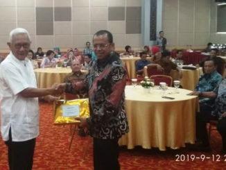 Rektor UNP Prof Ganefri menyerahkan cendera mata kepada pimpinan Alumni Lemhanas.