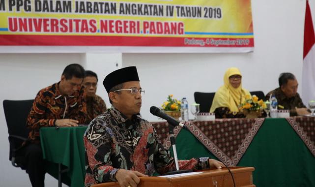 Rektor UNP Prof. Ganefi saat memberi sambutan dan pengarahan.