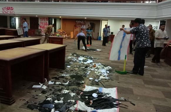Ruang Sidang Utama DPRD Sumbar saat dibersihkan petugas kebersihan.