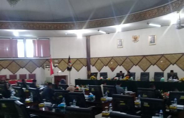 Salah satu sidang di DPRD Kota Padang.