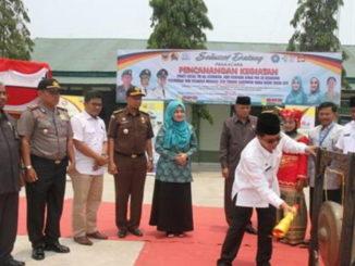 Sekda Tanah Datar Irwandi memukul gong tanda Bhakti Sosial TNI KB Kes dimulai.
