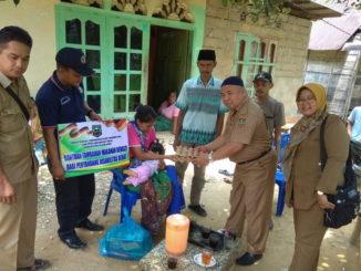 Tim dari Dinas Sosial PP & PA Kabupaten Sijunjung tengah menyerahkan bantuan sosial bagi penyandang disabilitas.