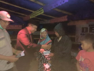 Wabup Yulfadri Nurdin saat memberi bantuan.