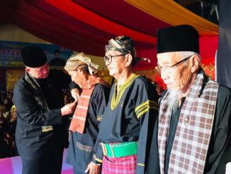 Wagub Nasrul Abit memasangkan pin maestro silek kepada penerima Anugerah Silek SAF 2019.