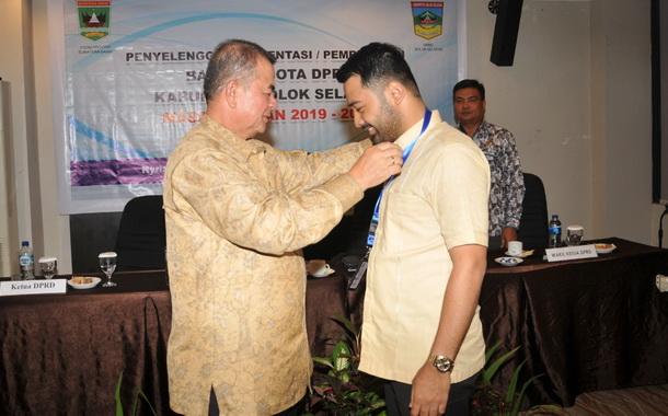 Wagub Nasrul Abit memasangkan tanda peserta pembekalan.