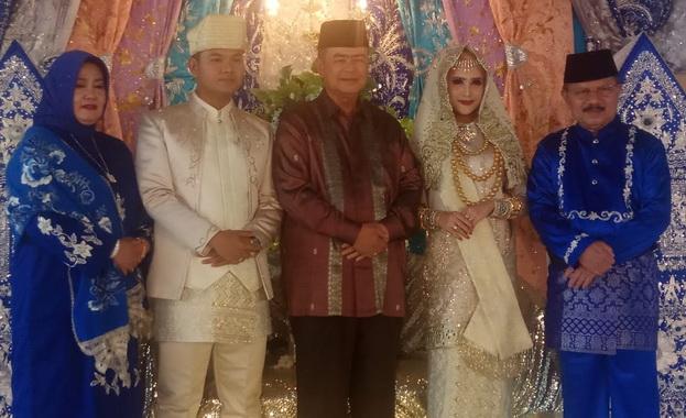 Wagub Nasrul Abit persama kedua pengantin dan Bupati Ali Muhni serta istri.