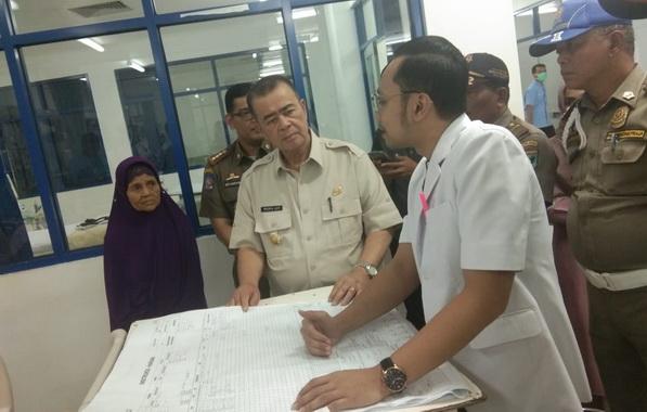 Wagub Nasrul Abit saat berdialog dengan dikter yang merawat Anggi.