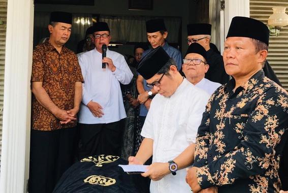 Wagub Nasrul Abit saat melepas jenazah almarhum Mestika Zet.