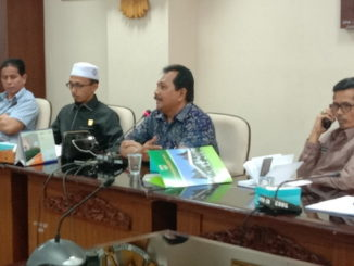 Wakil Ketua DPRD Sementara Irsyad safar saat memipin rapat Hering dengan Dinas DKP Sumbar