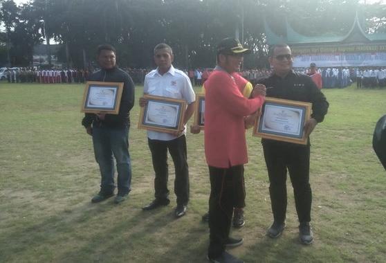 Wakil Walikota Padang Hendri Septa memberikan piagam kepada Wartawan olahraga terbaik