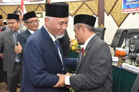 Wako Mahyeldi mengucapkan selamat kepada pimpinan DPRD Kota Padang yang baru dikukuhkan.