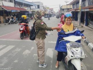 Anggota IWO Sungai Penuh - Kerinci mbagikan masker.