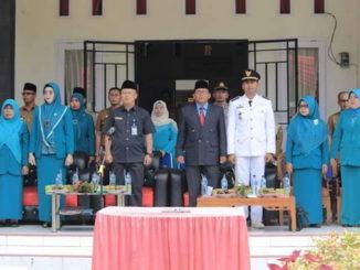 Asisten III (tengah) saat memimpin serah terima camat kecamatan Tigo Nagari.