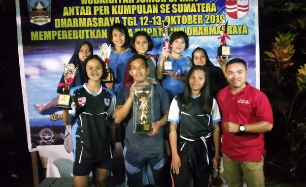 Atlet renang dan pelatih NSC dengan tropy dan medali yang berhasil diraih.