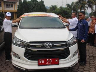 Bupati Solok memasang stiker 2019 pada modil Dinas Kadis Pariwisata dn Kebudayaan Kab. Solok, Nasripul Romika.