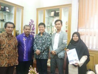 Dekan dan Wakil Dekan FBS UNP bersama mahasiswa asing yang kuliah di UNP.