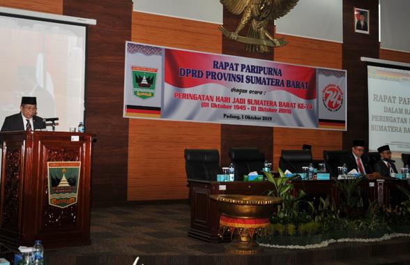 Drs. Alwis saat memberi sambutan pada Rapat Paripurna Hari Jadi Prov. Sumbar di DPRD Sumbar.