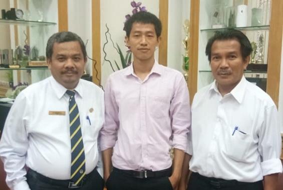 Prof. Ermanto, S.Pd., M.Hum. didampingi oleh Wakil Dekan I Dr. Refnaldi, M. Litt. ketika menerima Mr. La Mai Tulum dari Myanmar.