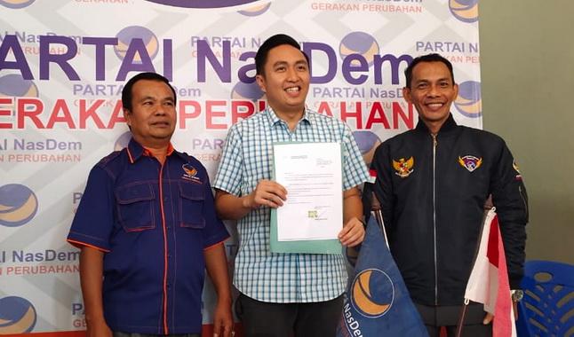 Fikar Azami saat mendaftar di DPC NasDem Kota Sungai Penuh.