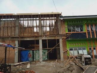 Gedung Puskesmas Sungai Aur yang sedang direhab.