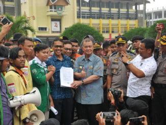 Gubernur dan Wakil Gubernur Sumbar bersama mahasiswa yang mengelar aksi demontrasi.