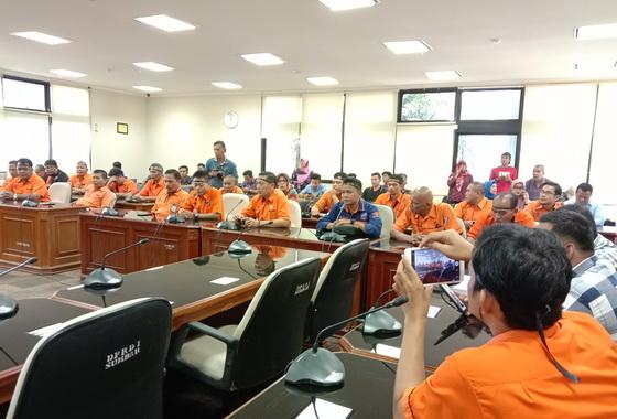 Karyawan Pt Pos Regional 2 Padang Unjuk Rasa Di Dprd Sumbar Portal Berita Editor