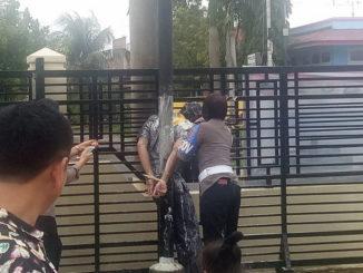 Kasat Reskrim Polres Pariaman saat diikat dan dilempari dengan telur.