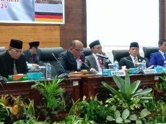 Ketua DPRD Sumbar Supardi didampingi Wakil Ketua saat memimpin rapat paripurna penetapan alat Kelengkapan DPRD