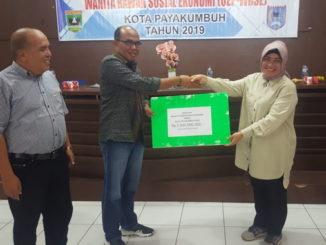 Ketua DPRD Sumbar Supardi menyerahkan bantuan secara simbolis,