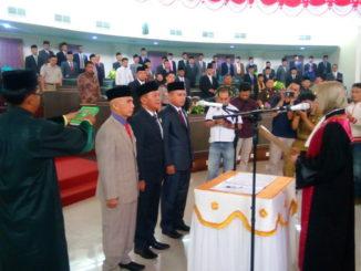 Ketua Pengadilan Negeri Muaro, Noerista Suryawati,SH, MH tengah memandu pengucapan sumpahjanji pimpinan DPRD Sijunjung periode 2019 - 2024.