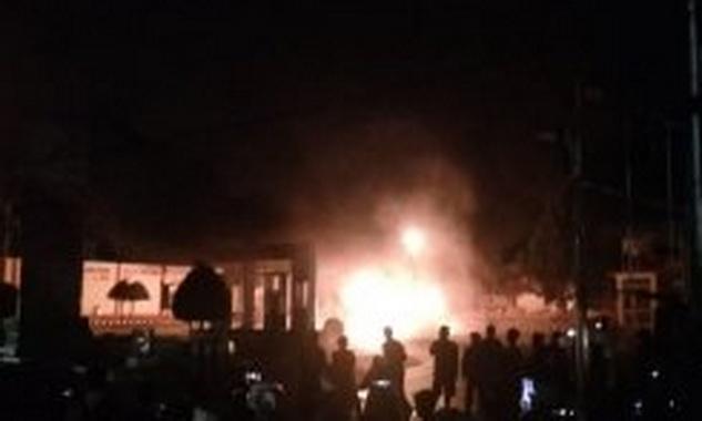Kobaran api saat menghaguskan SPBU Bukit Ambacang.