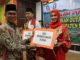 Nasripul Romika saat menyerahkan hadiah kepada salah satu juara Pemilihan Duta Budaya Kab. Solok 2019.