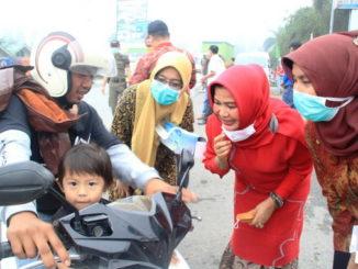 Ny. Desnadefi Gusmal saat aksi sosial bagi masker di Arosuka.