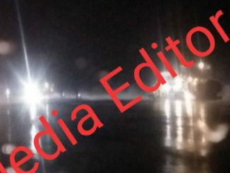 Pengaspalan di Bandara Depati Pabo Kerinci saat hujan pada malam hari.