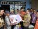 Penyerahan bantuan kepada korban kebakaran di Koto Tengah.