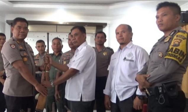 Penyerahan senjata rakitan di di Pos TNKS Muara Emat.