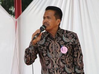 Prof Ardipal saat menyanyikan lagu Basimpang Jalan.