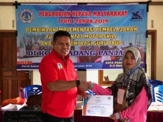 Prof. Syahrial Bakhtiar menyerahkan piagam kepada guru PAUD.