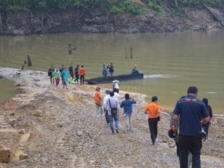 Rombongan Wabup Ferizal Ridwan saat menelusuri sungai Batang Maek.