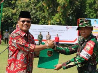 Salam Komando bupati Irfendi Arbi dengan anggota Kodim 0306 Limapuluh Kota.