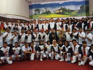 Wagub Nasrul Abit bersama atlit Sumbar yang akan mengikuti Porwin X di Bengkulu.