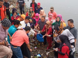 Wagub Nasrul Abit saat ikut gerakan bersih-bersih berbasis nagari untuk selamatkan danau Singkarak.