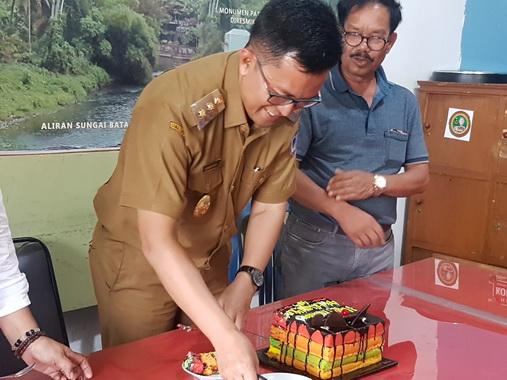 Wakil Walikota Payakumbuh memotong kue Ultahnya yang ke 48.