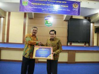Wako AJB saat menerima piagam penghargaan.