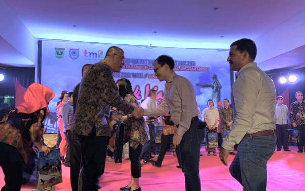 Walikota Payakumbuh Menyerahkan Produk Pariwisata payakumbuh ke Beberapa Duta Besar Negara sahabat yang ada di Jakarta.