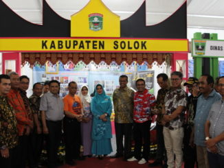 Bupati Gusmal bersama tim Dkranasda Kab. Solok di depan stand Kab. Solok di Sumbar Ekpo 2019.