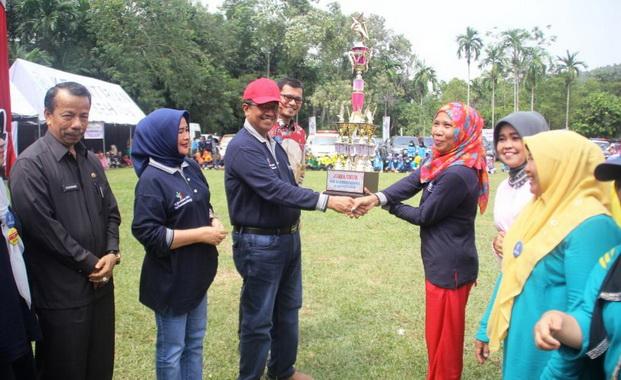 Bupati Gusmal menyerahkan tropi kepada juara kegiatan HKN ke 55.