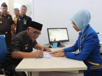 Bupati Pasbar, H. Yulianto saat menandatangani prasasti peresmian kantor Capem Bank Nagari Simpang Tiga.