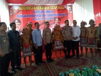 Foto bersama Kapolda Sumbar dengan Forkopimda dan Tokoh Masyarakat Mentawai